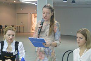 выступает   София Фельцингер , председатель молодежного движения