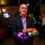 Председатель общества Владимир Яговкин угощает свиной рулькой