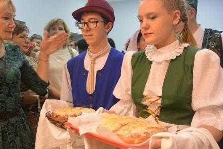 Алина и Кирилл представляют кухен на стол национальных блюд