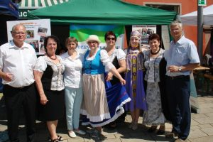 Ein Gruppenfoto der Gastgeber aus Offenburg und der Gäste aus der Republik Komi vor unserem gemeinsamen Pavillon auf dem Marktplatz Offenburg während des Internationalen Festes.